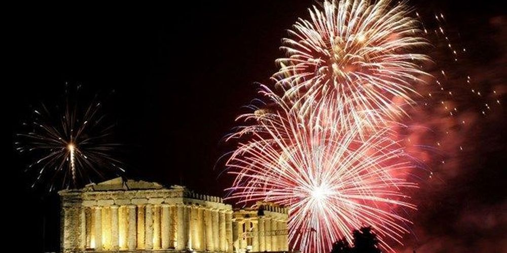 Η Αθήνα υποδέχεται το 2017 στη σκιά της Ακρόπολης