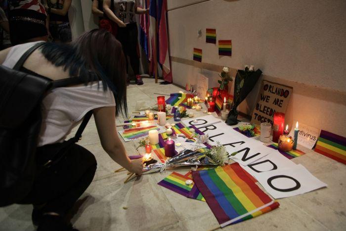 Schweigeminute für Attentatsopfer von Orlando vor der US-Botschaft in Athen