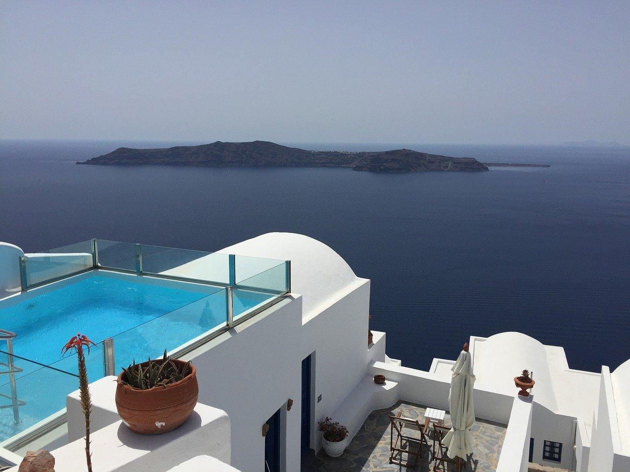 Υγειονομικά πρωτόκολλα για ξενοδοχεία και αεροπορικές πτήσεις από το εξωτερικό προς την Ελλάδα