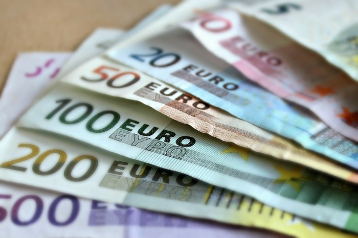 Fitch: Capital Controls Could Ease in Greece From Late 2016