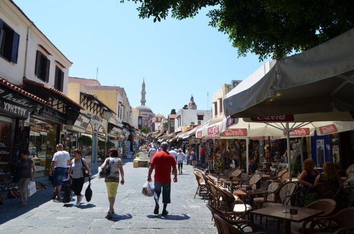 Sommer auf Griechisch: Urlaub zwischen Idyll und Insolvenz