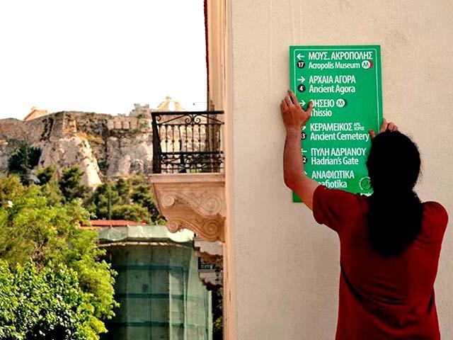 Новые знаки в центре Афин в помощь туристам