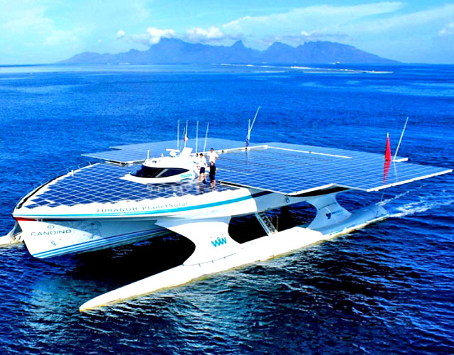 Солнечный катамаран в порту Коринфа