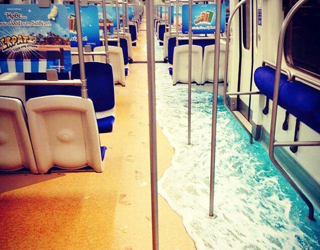 Песчаные пляжи и лазурное море в метро Афин.