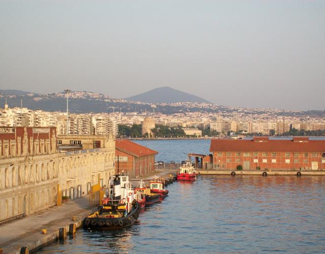 С апреля месяца три кораблика  ежедневно будут совершать маршруты в порту г.Салоники.
