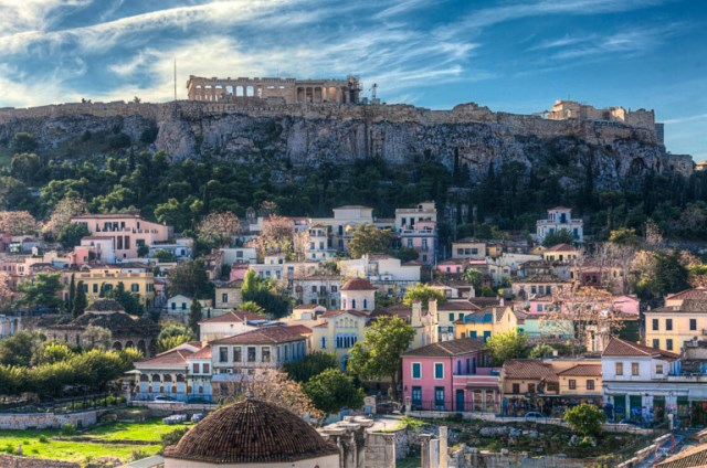 Афінський аеропорт приймає все більше туристів з усього світу