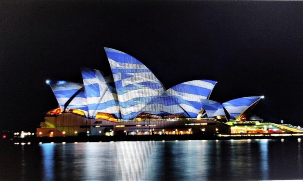 Das Opernhaus von Sydney wird zu Ehren der 200 Jahre seit 1821 mit griechischen Farben beleuchtet