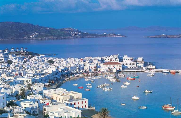 Миконос сплясал хасапико, отмечая начало туристического сезона