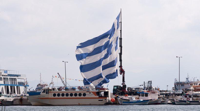 Η μεγαλύτερη ελληνική σημαία υψώθηκε ξανά στην Κάλυμνο