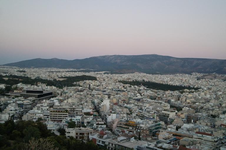 Le Monde: Οι Έλληνες ξεπουλάνε, οι ξένοι αγοράζουν δέκα δέκα τα ακίνητα στο κέντρο της Αθήνας