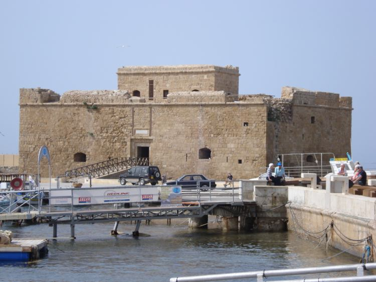 У старому місті Пафоса виросла «жива стіна»