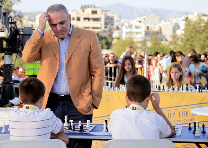 Garri Kasparow fasziniert mit Simultan-Schach in Athen und Saloniki